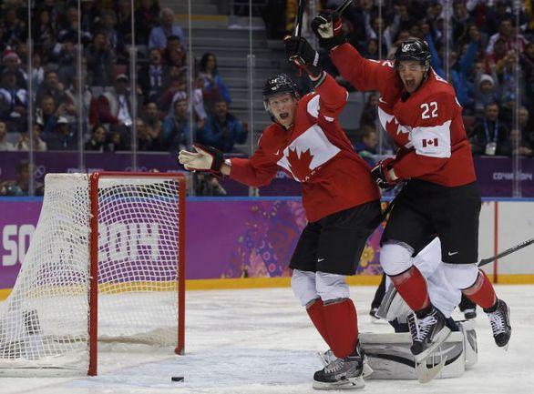 Вчера. Сочи. США - Канада - 0:1. 24-я минута. Гол Джейми БЕННА (№ 22), которому активно помогал Кори ПЕРРИ, вывел канадцев в финал. Фото REUTERS