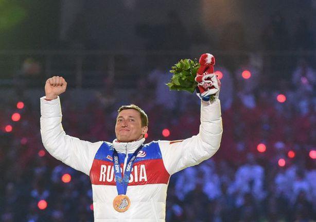Воскресенье. Сочи. Александр ЛЕГКОВ получил свою золотую олимпийскую медаль прямо на церемонии закрытия Игр. Фото AFP