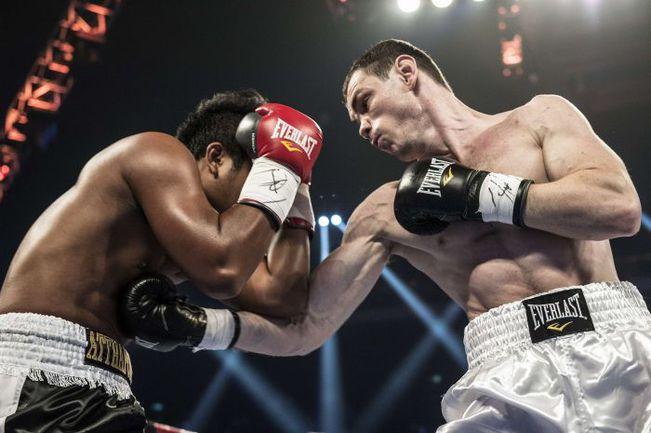 Суббота. Макао. Егор МЕХОНЦЕВ (справа) побеждает Аттхапорна ДЖАРИТРАМА из Таиланда. Фото AFP