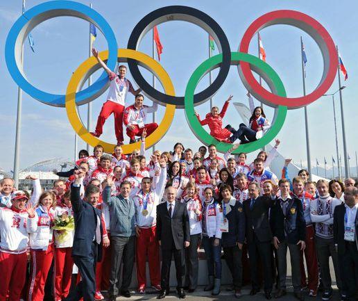 Вчера. Сочи. Президент Владимир ПУТИН и наши медалисты Игр-2014. Фото AFP