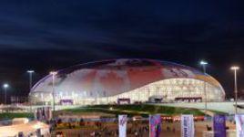 """Воскресенье. Сочи. На крыше Ледового дворца """"Большой"""" демонстрируется счет хоккейного финала: Канада - Швеция - 3:0."""