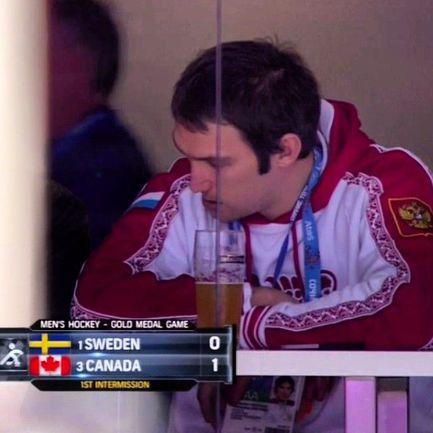 Воскресенье. Финал. Швеция - Канада - 0:3. Александр ОВЕЧКИН с трибуны печально наблюдает за триумфом своего главного соперника по НХЛ, капитана канадцев Сидни КРОСБИ (на первом фото). Фото NBC