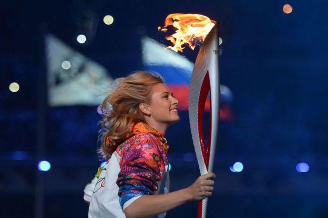 7 февраля. Сочи. Мария ШАРАПОВА с олимпийским огнем на церемонии открытия Игр-2014. . Фото AFP