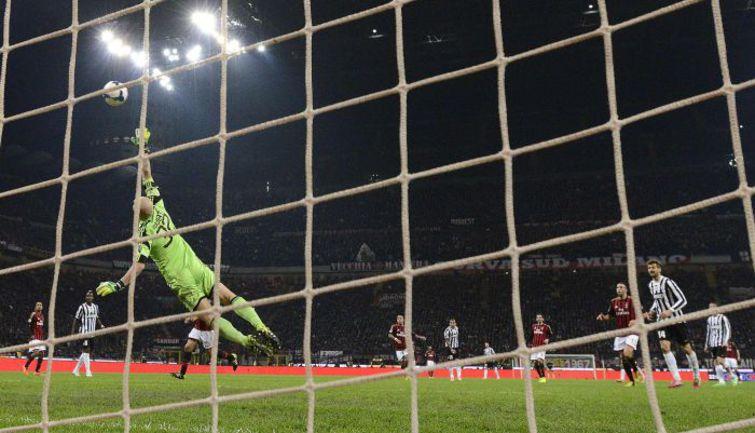 """Воскресенье. Милан. """"Милан"""" - """"Ювентус"""" - 0:2. 68-я минута. Гол Карлоса ТЕВЕСА. Фото REUTERS"""