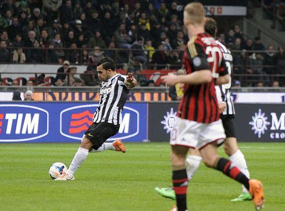 """Вчера. Милан. """"Милан"""" - """"Ювентус"""" - 0:2. 68-я минута. Карлос ТЕВЕС удваивает счет. Фото REUTERS"""