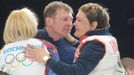 Александр ЗУБКОВ с женой (справа) и дочерью после своей сочинской победы.