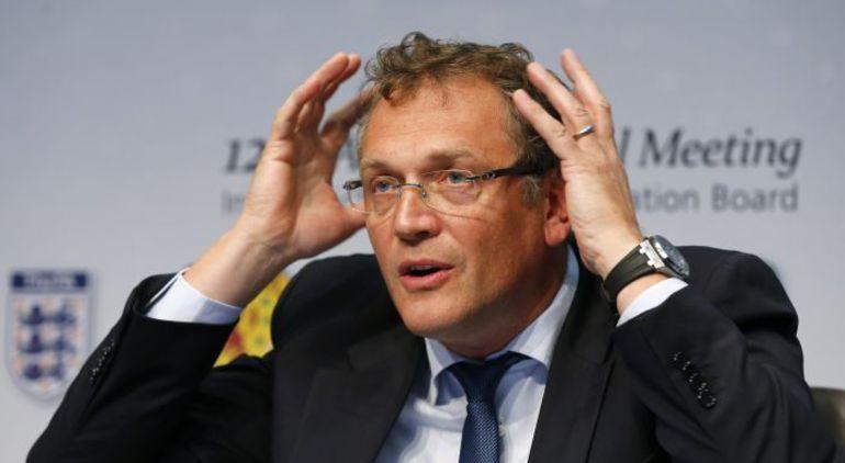 Генеральному секретарю ФИФА Жерому ВАЛЬКЕ впору хвататься за голову - часть стадионов, в том числе в Куритибе, обещают построить только к середине мая. Фото REUTERS