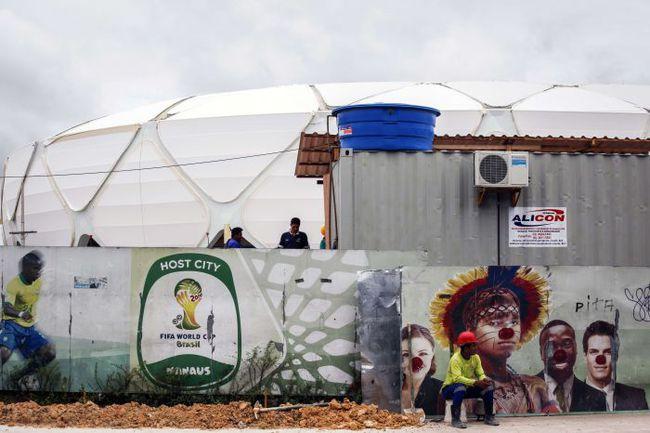 Стены вокруг стадиона в Манаусе, который должен принять матчи ЧМ-2014. Фото AFP