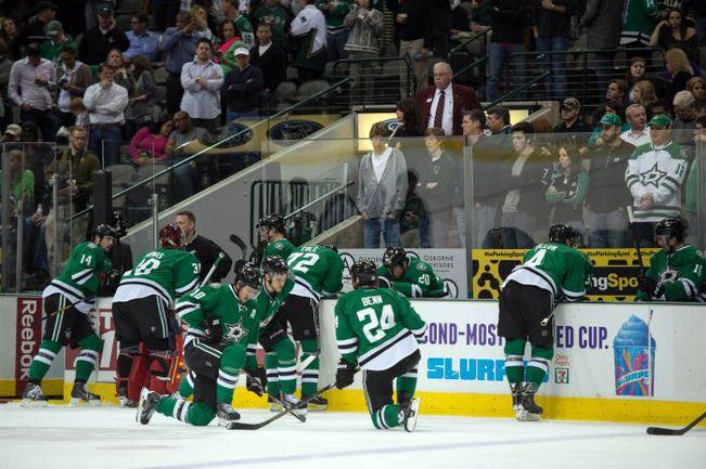 """Понедельник. Даллас. Игроки и болельщики """"Старз"""" пребывают в шоке после того, как Рич Певерли потерял сознание на скамейке запасных. Фото USA Tosay"""