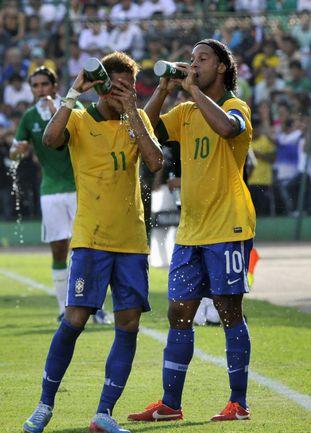 Бразильцы НЕЙМАР и РОНАЛДИНЬЮ утоляют жажду по ходу матча. Такие паузы тоже грозят стать проблемой для футбола, особенно на ЧМ-2022 в Катаре. Фото AFP