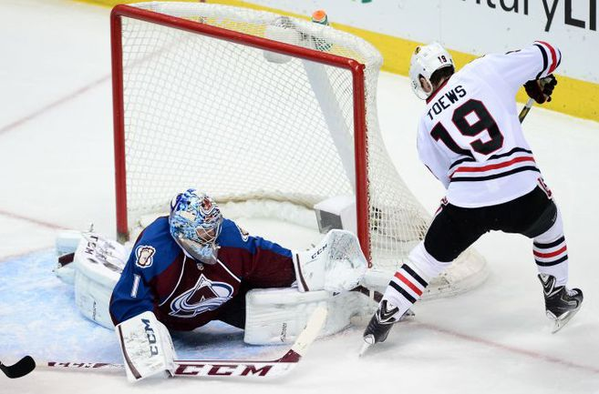 """Среда. Денвер. """"Колорадо"""" - """"Чикаго"""" - 3:2. Джонатан ТЭЙВЗ безуспешно пытается пробить Семена ВАРЛАМОВА, одержавшего 100-ю победу в НХЛ. Фото USA Today"""