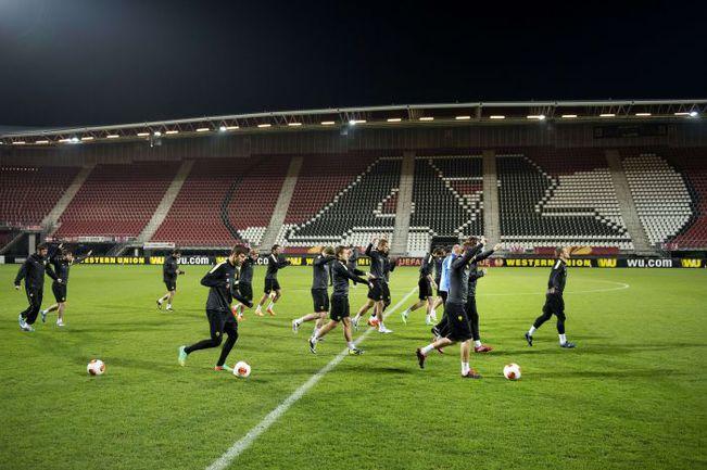 """Вчера. Алкмар. """"Анжи"""" на вечерней тренировке перед первым матчем с АЗ. Фото AFP"""