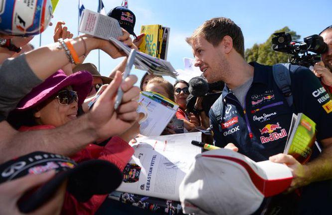 Вчера. Мельбурн. Себастьян ФЕТТЕЛЬ только что прибыл в Albert Park, где его ждали многочисленные поклонники королевских гонок. Фото AFP