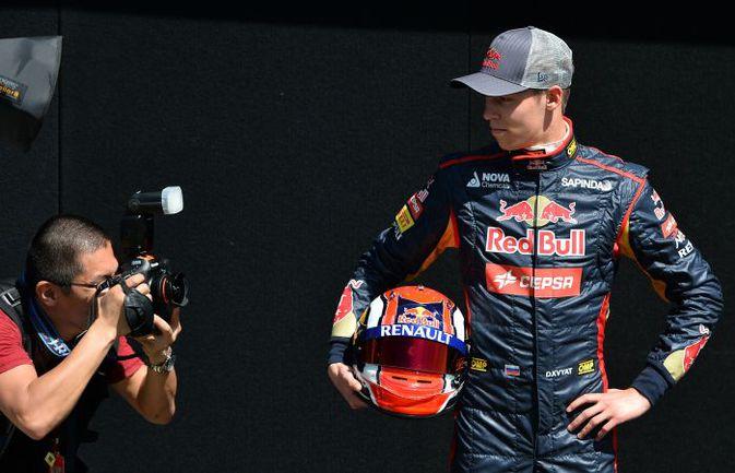 """Пятница. Мельбурн. Даниил КВЯТ позирует фотографам накануне своего первого """"Гран-при"""" в """"Формуле-1"""". Фото AFP"""