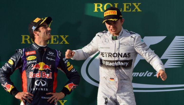 """Воскресенье. Мельбурн. Нико РОСБЕРГ (справа) и Даниэль РИККЬЯРДО на подиуме """"Гран-при Австралии"""". Австралиец радовался преждевременно. Фото AFP"""