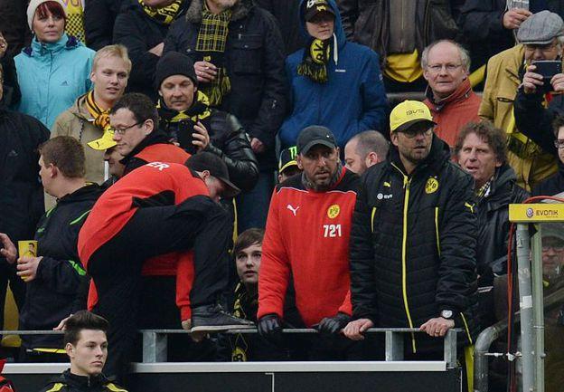 Юрген КЛОПП досматривает последние секунды матча со зрительских мест. Фото AFP