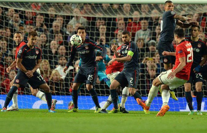 """Вчера. Манчестер. """"Манчестер Юнайтед"""" - """"Олимпиакос"""" - 3:0. 52-я минута. Робин ВАН ПЕРСИ оформляет хет-трик и выводит """"МЮ"""" в четвертьфинал. Фото AFP"""