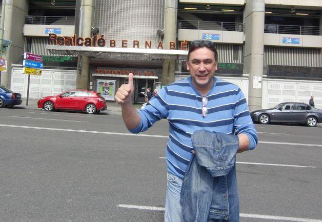"""Вчера. Мадрид. Хосе БИРЮКОВ на фоне стадиона """"Сантьяго Бернабеу"""". Фото Евгений ДЗИЧКОВСКИЙ, """"СЭ"""""""