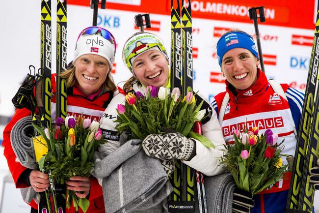 Четверг. Холменколлен. Тора БЕРГЕР, Дарья ДОМРАЧЕВА и Сьюзан ДАНКЛИ (слева направо). Фото AFP