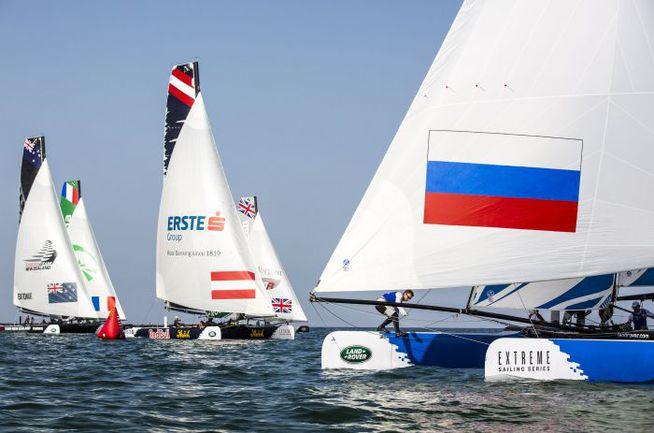 Флот Extreme Sailing Series. На переднем плане – Team Russia. Фото Lloyd Images