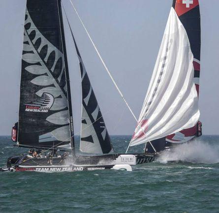 Emirates Team New Zealand и Alinghi временами вели на дистанции такую вот плотную борьбу. Фото Lloyd Images