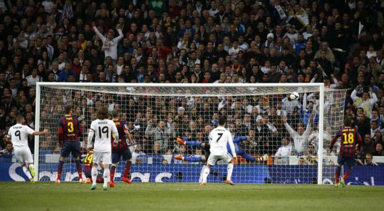 """Вчера. Мадрид. """"Реал"""" - """"Барслеона"""" - 3:4. 20-я минута. Первый из двух голов Карима БЕНЗЕМА. Фото REUTERS"""