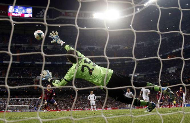 """Вчера. Мадрид. """"Реал"""" - """"Барслеона"""" - 3:4. 84-я минута. Третий из трех голов Лионеля МЕССИ. Фото REUTERS"""