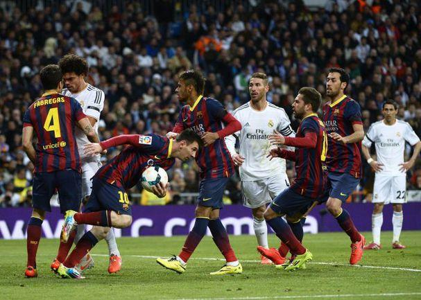"""Вчера. Мадрид. """"Реал"""" - """"Барслеона"""" - 3:4. 42-я минута. Только что Лионель МЕССИ сделал счет 2:2 и подвел черту под ярким первым таймом. Второй вышел не менее занимательным. Фото AFP"""