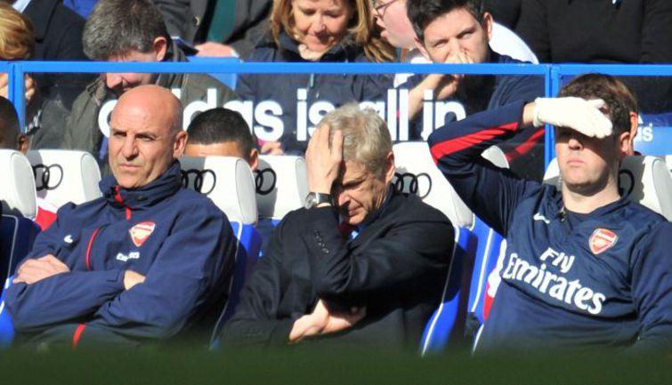 """Суббота. Лондон. """"Челси"""" - """"Арсенал"""" - 6:0. Арсен ВЕНГЕР (в центре) не думал, что его 1000-й матч в качестве главного тренера """"канониров"""" окажется настолько печальным. Фото AFP"""