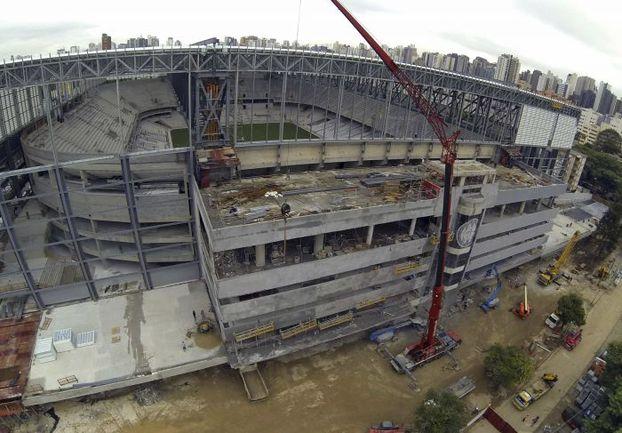 Состояние многих футбольных арен в Бразилии в предверии ЧМ-2014 оставляет желать лучшего - в том числе стадиона в Куритибе. Правда, есть и обратные примеры: всемирно известная «Маракана» (на верхнем снимке) полностью готова к проведению матчей. Фото REUTERS