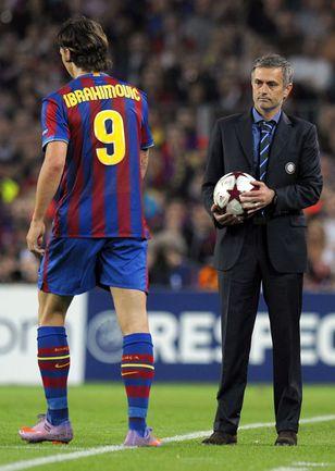 Жозе МОУРИНЬЮ как никто другой знает: мяч Златану ИБРАГИМОВИЧУ лучше не отдавать. Иначе - жди беды. Фото AFP