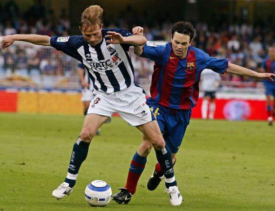 Валерий КАРПИН (слева, против Андреаса ИНЬЕСТЫ) готов вернуться в Испанию - тренировать. Фото REUTERS