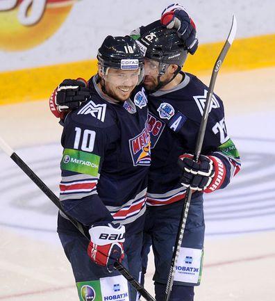 Данис ЗАРИПОВ (справа) поздравляет Сергея МОЗЯКИНА с голом. Фото photo.khl.ru
