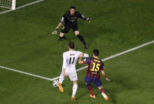 """Вчера. Валенсия. """"Барселона"""" - """"Реал"""" - 1:2. 85-я минута. Гарет БЭЙЛ завершает свой победный рывок. Фото REUTERS"""