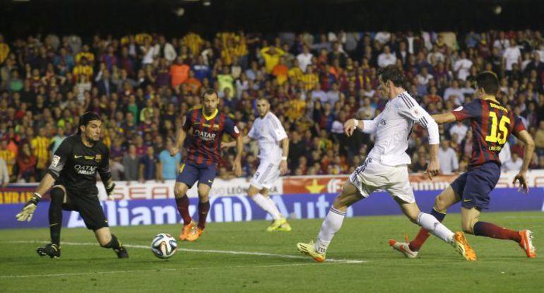 "Среда. Валенсия. ""Барселона"" - ""Реал"" - 1:2. Гарет БЭЙЛ забивает победный гол в ворота Хосе ПИНТО. Фото REUTERS"