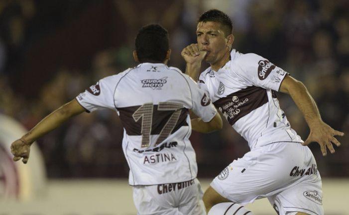 Среда. Буэнос-Айрес. «Ланус» - «Сантос Лагуна» - 2:1. 66-я минута. Только что защитник хозяев Факундо МОНТЕСЕРИН (справа) сравнял счет. Фото AFP