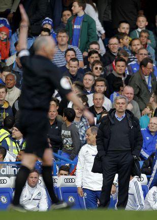 """Суббота. Лондон. """"Челси"""" - """"Сандерленд"""" - 1:2. Жозе МОУРИНЬЮ (справа) и Майкл ДИН. Фото AFP"""