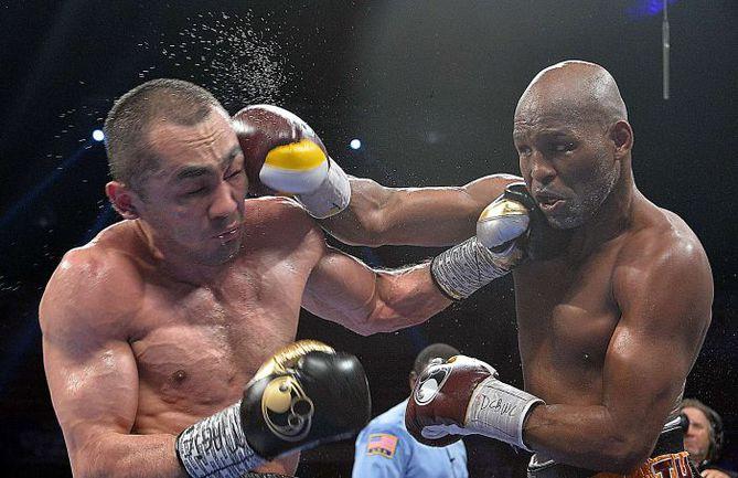 Суббота. Вашингтон. Бейбут ШУМЕНОВ (слева) пропускает удар справа от Бернарда ХОПКИНСА. Фото AFP
