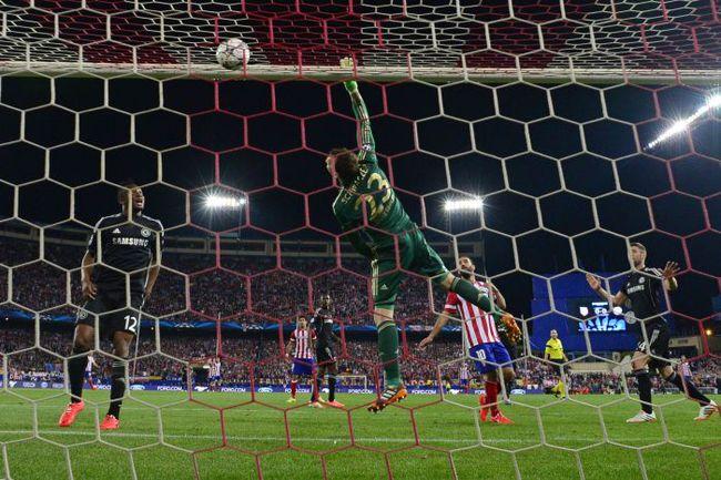 """Вчера. Мадрид. """"Атлетико"""" - """"Челси"""" - 0:0. В игре Марк ШВАРЦЕР. Фото AFP"""