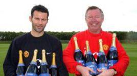 """Легенды """"МЮ"""" Райан ГИГГЗ (слева) и Алекс ФЕРГЮСОН празднуют очередной трофей манкунианцев."""