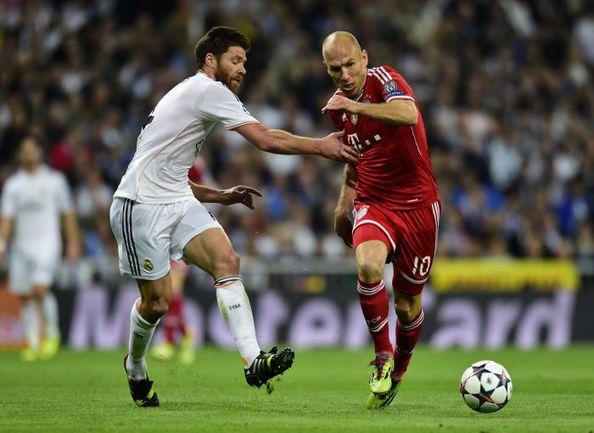 """Среда. Мадрид. """"Реал"""" - """"Бавария"""" - 1:0. ХАБИ АЛОНСО и Арьен РОББЕН. Фото REUTERS"""
