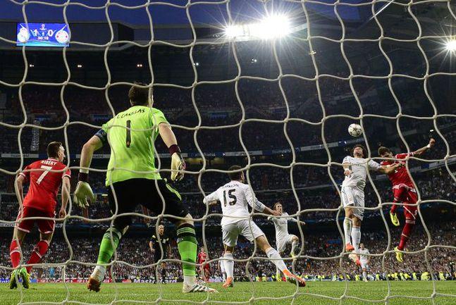 """Среда. Мадрид. """"Реал"""" - """"Бавария"""" - 1:0. Икер КАСИЛЬЯС (№1) сделал все, чтобы мадридцы отправились в Германию с преимуществом в один мяч. Фото REUTERS"""