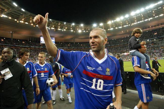 12 июля 1998 года. Париж. Франция - Бразилия - 3:0. Зинедин ЗИДАН и его партнеры только что стали чемпионами мира. Фото AFP