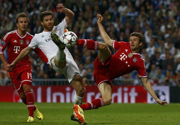 """Среда. Мадрид. """"Реал"""" - """"Бавария"""" - 1:0. ХАБИ АЛОНСО дважды спасал свою команду от верных голов, пусть у Томаса МЮЛЛЕРА было ощущение, что испанец нарушил на нем правила. Фото AFP"""