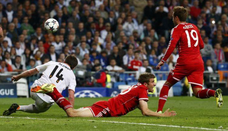"""Среда. Мадрид. """"Реал"""" - """"Бавария"""" - 1:0. ХАБИ АЛОНСО дважды спасал свою команду от верных голов, пусть у Томаса МЮЛЛЕРА было ощущение, что испанец нарушил на нем правила. Фото REUTERS"""