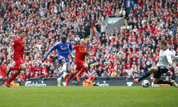 """27 апреля. Ливерпуль. """"Ливерпуль"""" - """"Челси"""" - 0:2. 45+3-я минута. Демба БА убегает от Стивена ДЖЕРРАРДА и проводит победный мяч. Фото REUTERS"""
