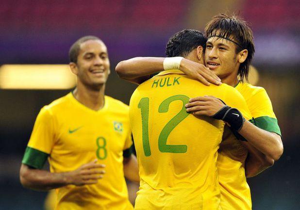 26 июля 2012 года. Кардифф. Олимпийские игры. Бразилия - Египет - 3:2. 30-я минута. Нападающий бразильцев НЕЙМАР (справа) принимает поздравления с голом от ХАЛКА (№ 12) и РОМУЛУ. Фото AFP