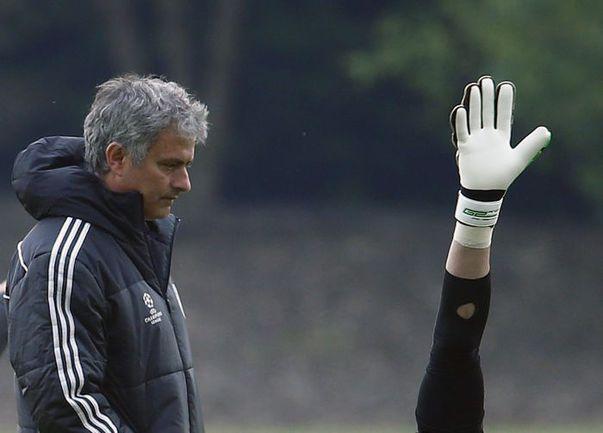 """Вчера. Лондон. Тренировка """"Челси"""". Кто сегодня займет место в воротах """"Челси"""" - ответ знает лишь Жозе МОУРИНЬЮ. Фото REUTERS"""