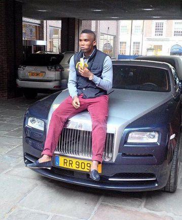 """Нападающий """"Челси"""" Самюэль ЭТО'О ест банан на своем автомобиле. Фото facebook.com"""