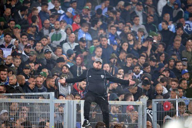 """Суббота. Рим. """"Фиорентина"""" - """"Наполи"""" - 1:3. Матч был задержан на 45 минут: фанаты из Неаполя вышли на первый план. Фото AFP"""